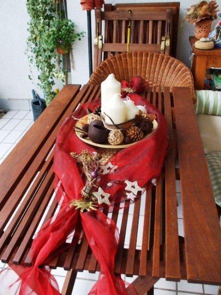 Ein bisschen Organza ein Holzteller, Kerzen und ein Potpourie dazu noch die Reste der Gestecke der letzten Jahre fertig ist die Deko!