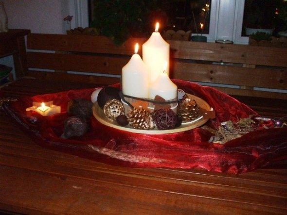 Das Gesteck wirkt im Kerzenschein noch besser.