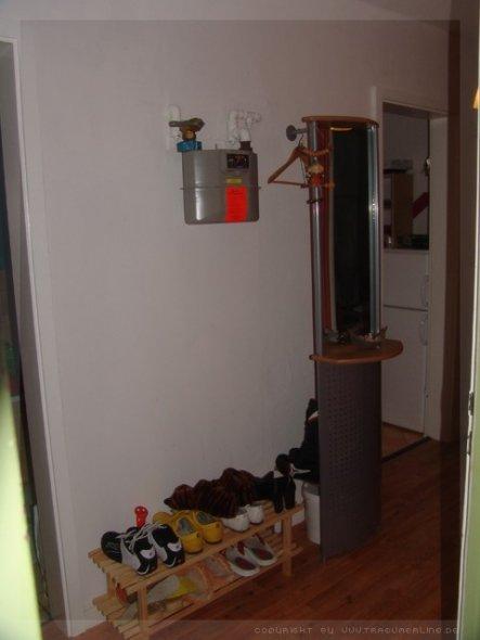 das grüne am Bildrand ist die Wohnungstür! gleich gegenüber das Klo, weiter hinten die Küche