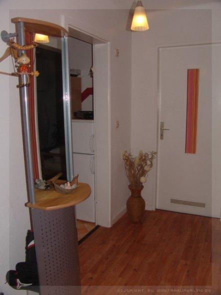 Garderobe, Eingang zur Küche und die Tür führt ins Schlafzimmer