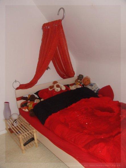 mein Bett, stand gleich links von der Tür... rechts davon war der Kleiderschrank (nicht auf Fotos festgehalten ;p )