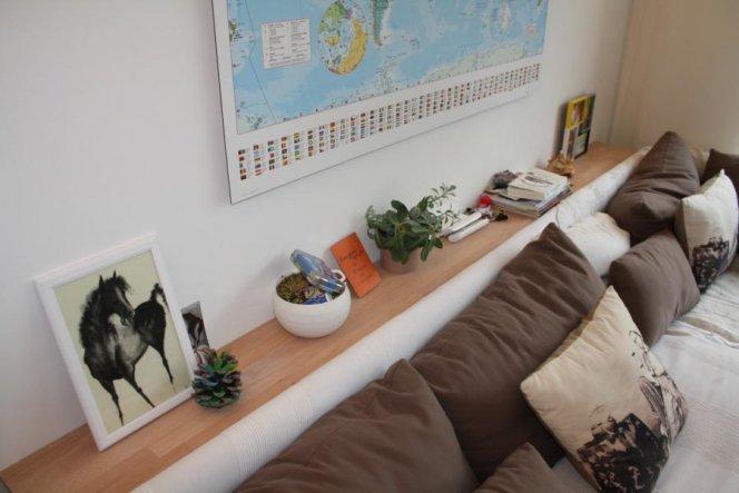 Das Brett hinter dem Sofa habe ich mit Hilfe meiner Söhne an der Wand angebracht. Nussbaum hätte hier vielleicht besser gepasst war aber unbezahlbar.