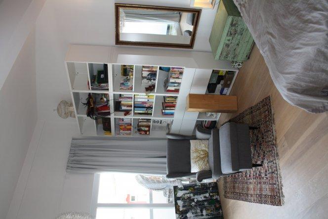 Irgendwo mussten meine Bücher einfach untergebracht werden und dafür wollte ich die Höhe nutzen. Besta von Ikea passte für diesen Zweck ganz gut.
