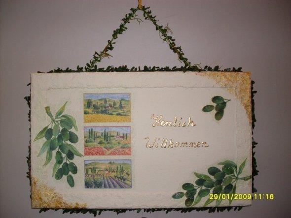 Ein Willkommensgruss an unserer Wohnungstür aus Serviette auf einer Spanplatte.
