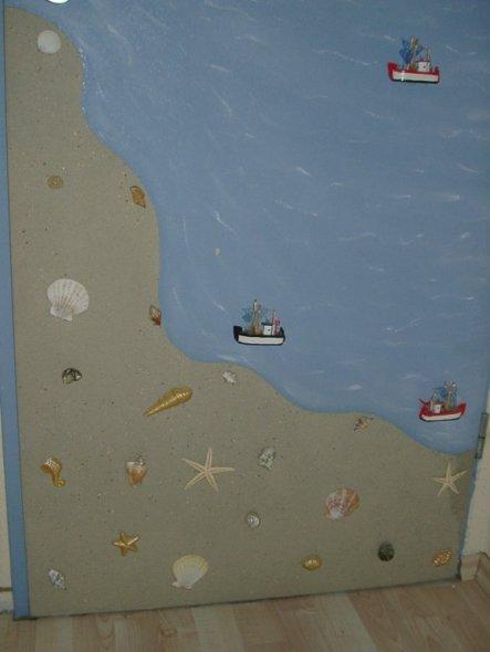 Tür innenseitig mit Vogelsand, Schiffen und Muscheln verziehrt