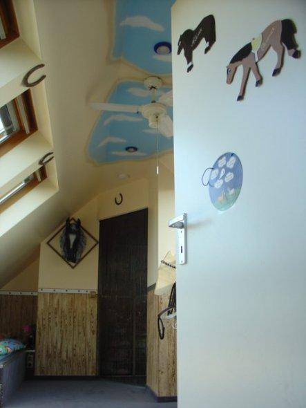kinderzimmer 39 alenas verenas pferdestall 39 hier f hlen wir uns wohl zimmerschau. Black Bedroom Furniture Sets. Home Design Ideas