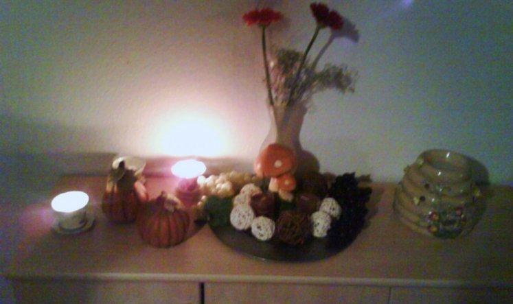 Keramikkürbisse- und Pilze, künstliche Weintrauben, Rattankugeln.