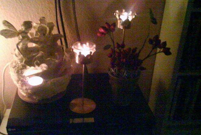 Zimmerbrunnen, goldene Kronenkerzenständer, Rattankugel mit Hagebutten.