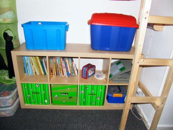 .. aus Alt mach neu- Grüne durchsichtige Folie verpasst den blauen Kisten den passenden Look ;)