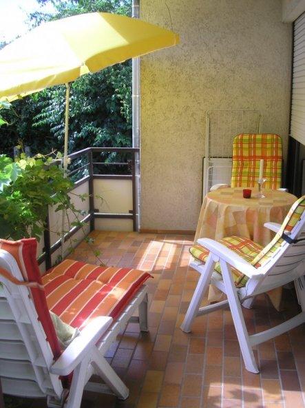 terrasse balkon 39 sommer auf dem balkon 39 die gr ne ruhe. Black Bedroom Furniture Sets. Home Design Ideas