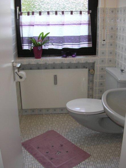 bad 'lila- graues gästebad' - die grüne ruhe - zimmerschau, Hause ideen