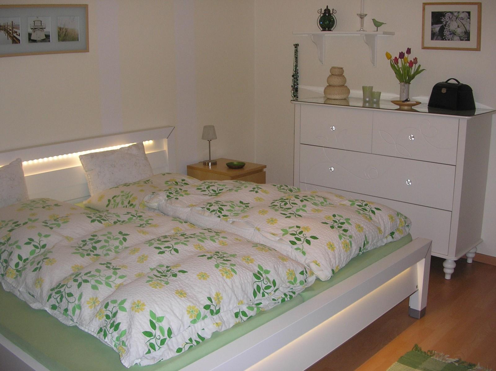 schlafzimmer 39 schlafen 39 die gr ne ruhe zimmerschau. Black Bedroom Furniture Sets. Home Design Ideas
