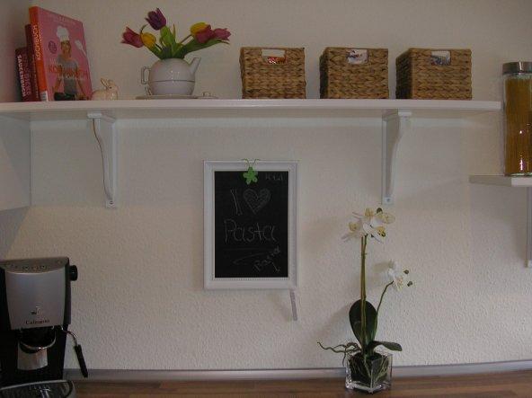 Unsere Frühlingsdeko im Detail. Die Tafel ist selber gemacht aus einem Ikea- Bilderrahmen. Sie passt- wie ich finde- hervorragend unter das hohe Board