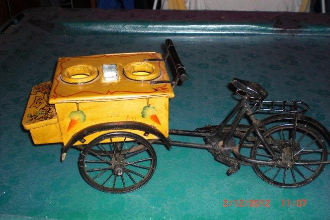 alter, kleines fahrrad mit eiswagen. ein geschenk meiner schwester, wenn sie etwas sieht, aber selbst nicht braucht, denkt sie sofort an mich ;