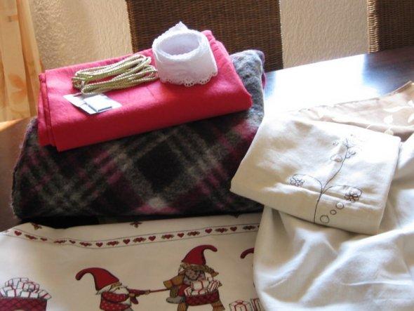 War gestern auf dem Stoffmarkt und habe mir jede Menge Arbeit gekauft;der Winter wird lang ;)) roter Filz für Weihnachts Basteleien, Kordel, Sp