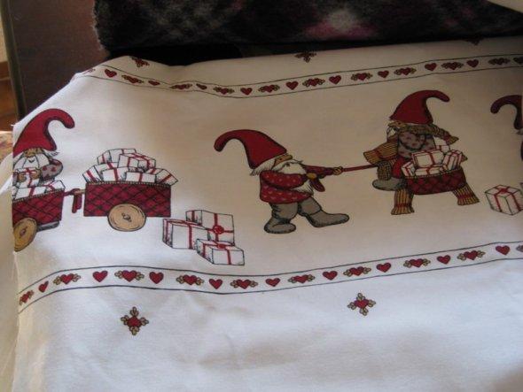 War gestern auf dem Stoffmarkt und habe mir jede Menge Arbeit gekauft;der Winter wird lang ;)) roter Filz für Weihnachts Basteleien, Kordel, Spi