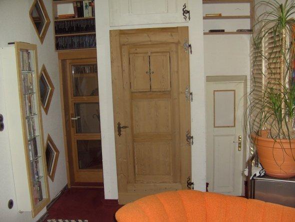 ja, ich sammle auch Türen vom Sperrmüll *g*  1.)die Glastür links ist vom Schreiner 2.) die große Holztür vom Einbauschrank vom S