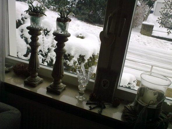 Auf den Kerzenständern thronen schonmal ein paar Schneeglöckchen