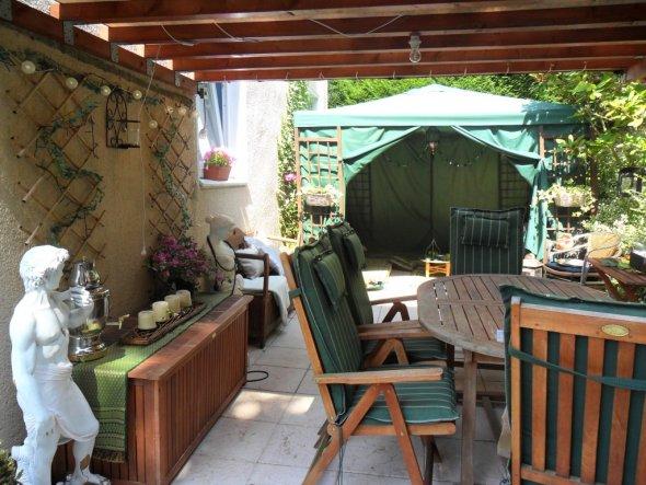 Die Terrasse im Juli 2010- ich habe einen Pavillion zu einer orientalischen Sitzecke umfunktioniert. Hier lassen sich wunderschöne Sommerabende verbri