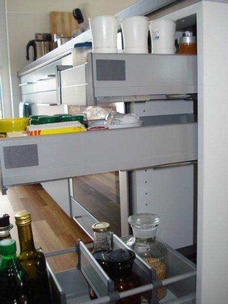 Rechts neben dem Kochfeld superpraktisch, die oberen beiden Vollauszüge könnte man in der Höhe der Anordnung variieren.