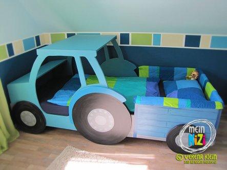 Das Traktorbett haben wir aus MDF-Platten selbst gebaut und lackiert - auch die Pläne dafür haben wir selbst gemacht. Und da dieses Bett so oft nachge