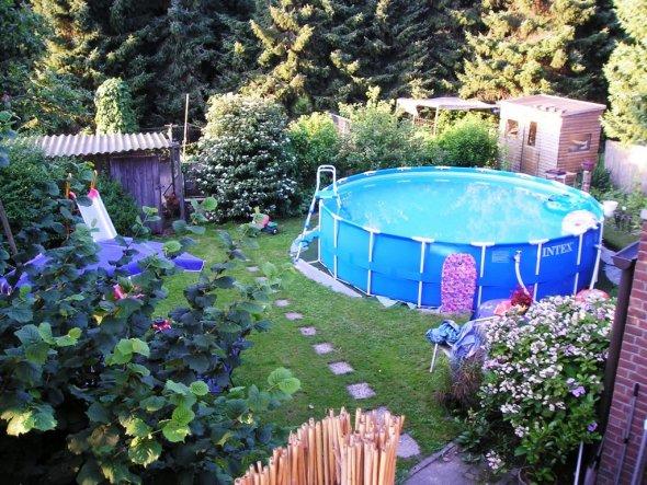 Hier der Pool im Sommer 2007 noch ohne Umrandung