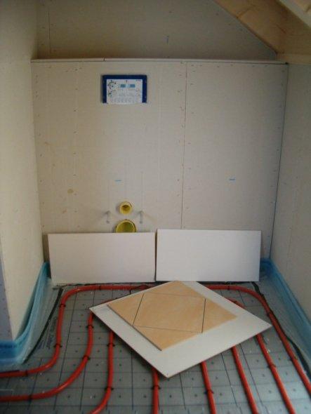 Bodenfliese: sandgelb 33 x 33 cm Wandfliese: 30 x 60 abgerundet weiss matt (die Nische wird unsere WC-Häuschen ;-)