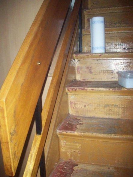 Das Treppengeländer aus den 70ern. Gruselig.