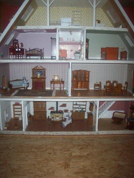 Das Puppenhaus hab' ich mal vor vielen Jahren bei Ebay ersteigert und nach und nach restauriert und renoviert.....es fehlt noch so einiges und wird wa
