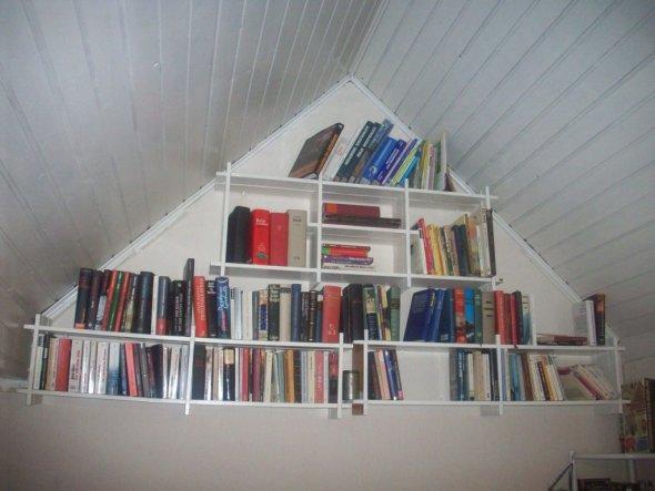 Hier meine Raumsparidee. *ggg* Ich brauch' jetzt nur noch eine schöne Holzleiter, damit ich an die Bücher rankomme. Ob dieser Einfall rentabel war, wi