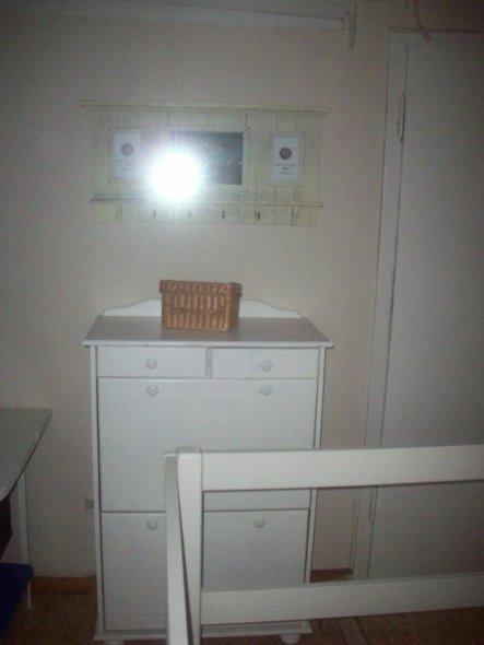 Das Schränkchen neben dem Näh- und Basteltisch.