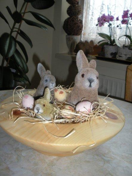 In meine neue Schale aus Zirbenholz(die herrlich duftet)habe ich die Osterhasenfamilie einquartiert.
