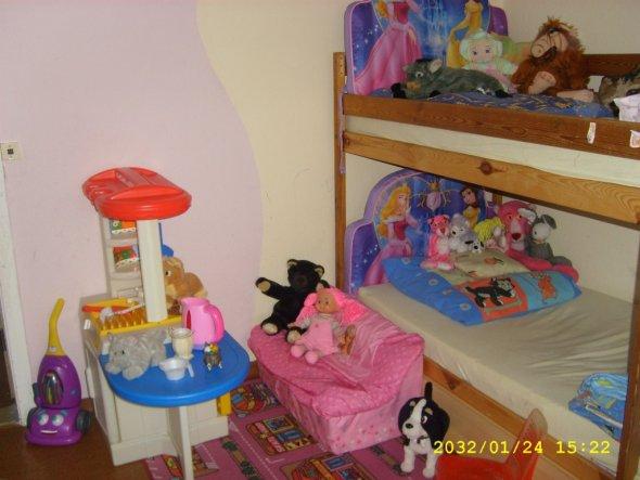 kinderzimmer 39 kinderzimmer von zwei m dels 39 wohnung von einer gro en familie zimmerschau. Black Bedroom Furniture Sets. Home Design Ideas
