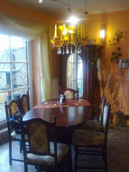 Das ist unser Wohnflur mit dem riesigen Esstisch, der auf 3 m! ausgezogen werden kann. Er wird hauptsächlich genutzt, wenn die Kinder mit Familie komm