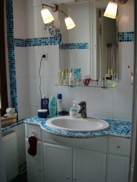 die Waschtischplatte war vorher aus Marmor, hatte aber eine kleine Macke, wurde dann auch mit Mosaik beklebt