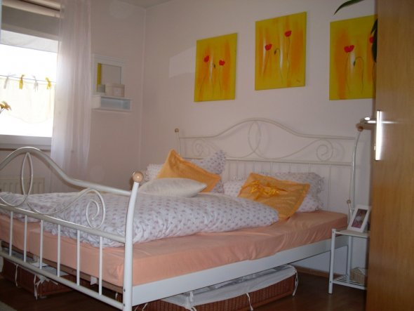 Hier habe ich das Schlafzimmer in hellen Gelbtönen gehalten... Dies ändere ich abwechselnd mit roten-orangen Gardinen und Bettwäsche...