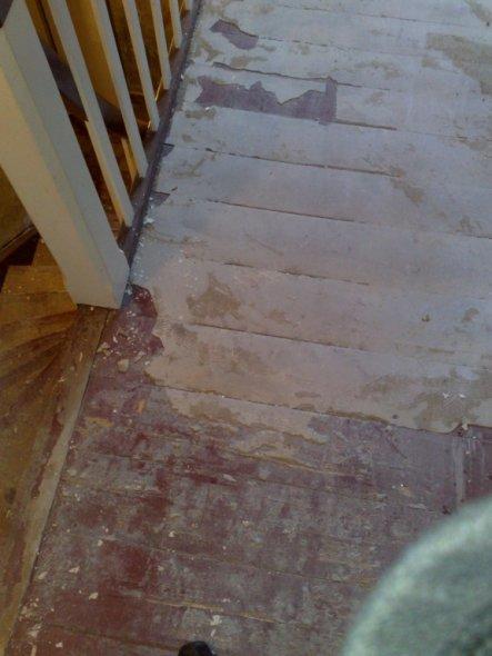 Den Holzboden wollten wir eigentlich auch freilegen,.. aber dieser komische Estrich da drauf ist leider hartnäckig