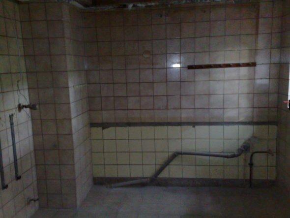 Die Wand kommt raus. Dahinter ist dann direkt das Esszimmer