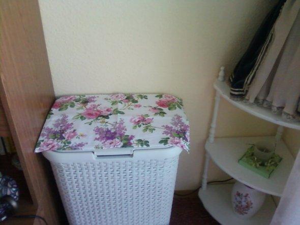 Leider muss der Wäschekorb im Wohnzimmer stehen, deshalb habe ich mir einen weißen in Rattanoptik gekauft. Mit Blumendeckchen kann ich ihn ertragen.
