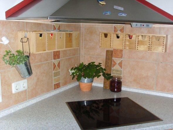 Nun hängen die Regale (ehemals im Bad) in der Küche. Jetzt ist das ganze Sammelsurium auch aufgeräumt.