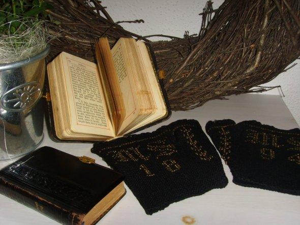 Die Handschuhe hatte meine Ur-Großmutter selbst gemacht. Sie sind sogar mit ihren Initialen und einer Jahreszahl bestickt.