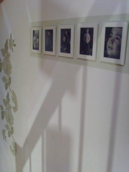 neue Bilder hängen an der Wand