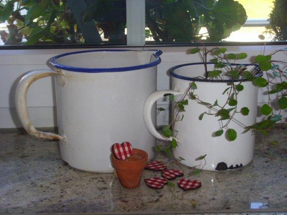 Diese Töpfe wollte ich eigentlich als Wasserbehälter für unseren Holzofen verwenden. Doch beim Säubern stellte ich fest, dass der Größere ein Loch hat