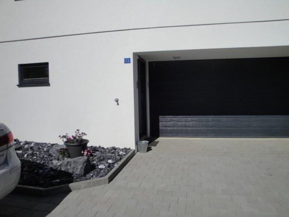Garageneinfahrt und Eingangstüre