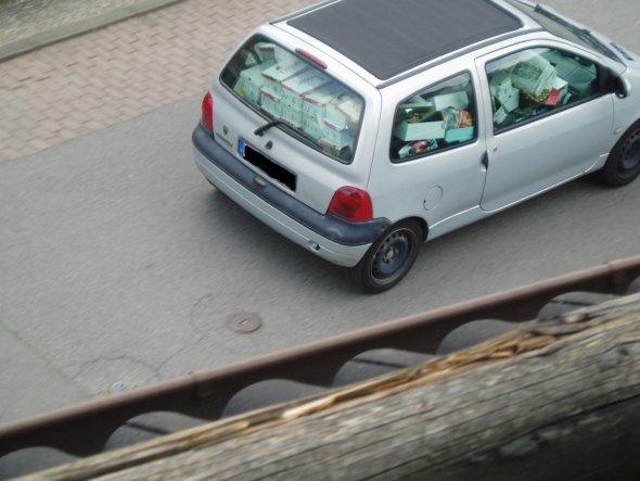 Könnt ihr erkennen, womit dieses Auto bis zum Rand bepackt ist?? :-))