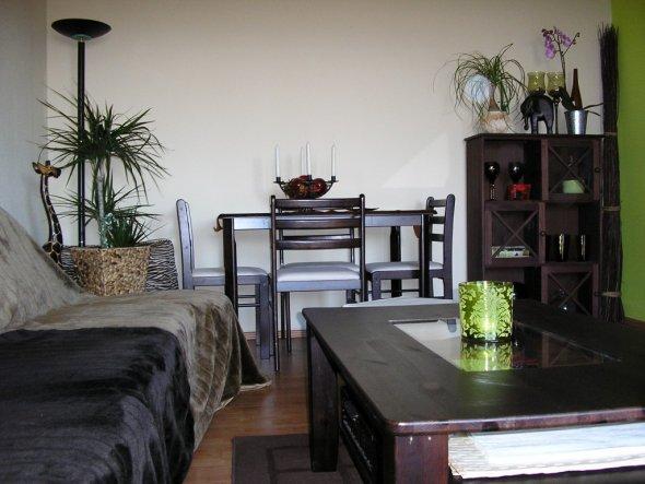 Esstisch mit Vitrine und Couch