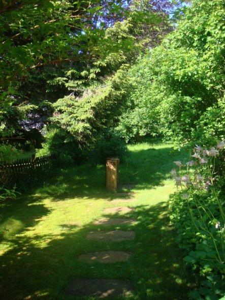 von der Küchenterasse in den hinteren Garten..hier möchte ich zwischendrin einen Rosenbogen aufstellen.