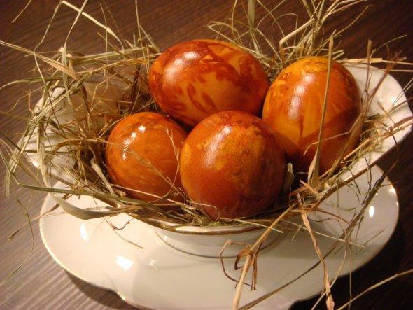 Ich habe heute schon Eier, für unser Osterfrühstück morgen in der Firma, gefärbt. Ich finde sie sind im roten Zwiebelschalensud ganz toll geworden.
