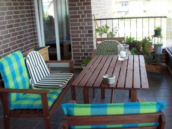 Das ist unsere neue Sitzecke auf dem Balkon. Die Möbel sind neu und wir haben bisher erst zwei neue Sitzpolster (die karierten) aber davon kommen ncoh