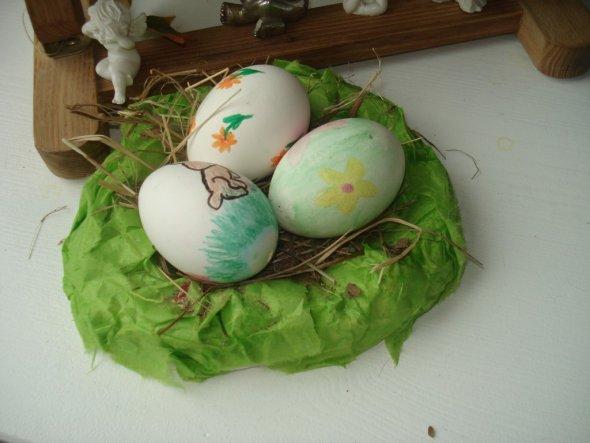 Von meiner Tochter ein selbstgemachtes Osternest und Ostereier.